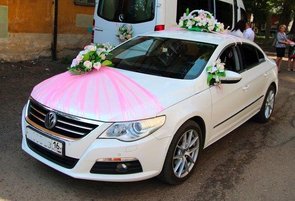 украшение машины на свадьбу цветами